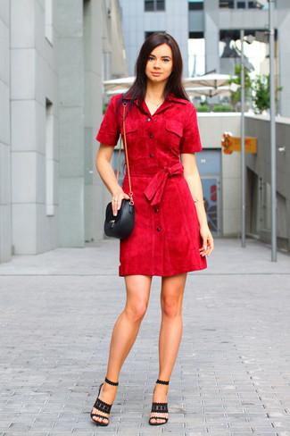 Cómo combinar: vestido camisa roja, sandalias de tacón de ante negras, bolso bandolera de cuero negro