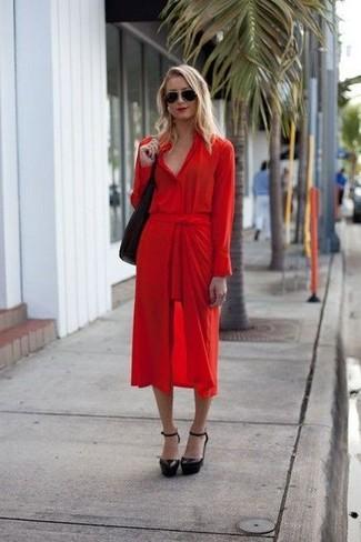 Cómo combinar: vestido camisa roja, zapatos de tacón de cuero negros, bolsa tote de cuero negra, gafas de sol negras