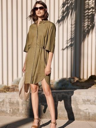 Cómo combinar: vestido camisa verde oliva, sandalias con cuña de cuero marrónes, sombrero de paja en beige
