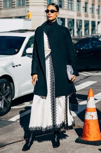 Combinar unos botines de cuero negros: Si buscas un look en tendencia pero clásico, empareja un abrigo negro con un jersey de cuello alto negro. Botines de cuero negros son una opción perfecta para completar este atuendo.