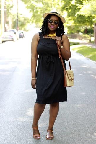 Cómo combinar: vestido campesino negro, sandalias planas de cuero marrón claro, bolso bandolera de paja en beige, sombrero de paja en beige