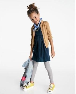 Cómo combinar: leggings grises, vestido azul marino, cárdigan marrón claro, chaqueta vaquera celeste