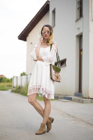 Look de moda: Vestido Casual de Crochet Blanco, Botines Chelsea de Ante Marrónes, Bolso Bandolera Bordado Verde Oliva, Gafas de Sol Doradas