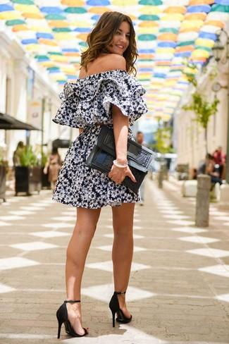 Look de moda: Vestido Casual con print de flores Negro, Sandalias de Tacón de Ante Negras, Cartera Sobre de Cuero Negra
