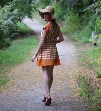 Cómo combinar: vestido casual de rayas horizontales naranja, sandalias con cuña de cuero en marrón oscuro, sombrero marrón claro