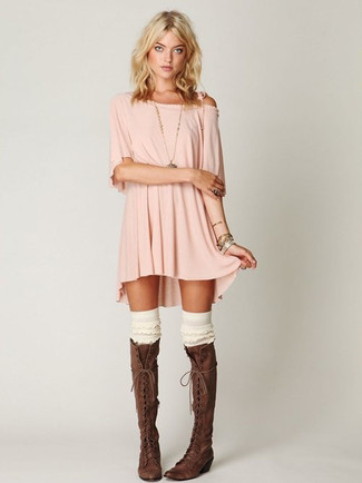 Cómo combinar: vestido casual rosado, botas de caña alta de cuero en marrón oscuro, calcetines hasta la rodilla blancos