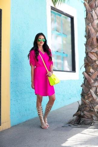 Cómo combinar: vestido casual rosa, sandalias romanas altas de cuero doradas, bolso bandolera de cuero amarillo, gafas de sol verdes