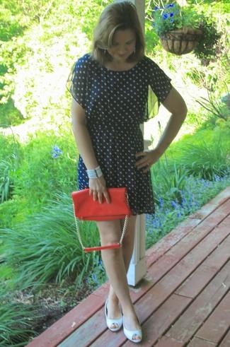 Elige por la comodidad con un vestido casual a lunares azul marino. Con el calzado, sé más clásico y completa tu atuendo con zapatos con cuña de cuero blancos.