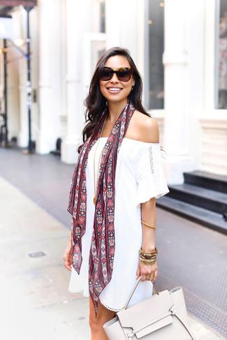 Este combinación de un vestido con hombros al descubierto blanco y un colgante dorado te da una onda muy informal y accesible.