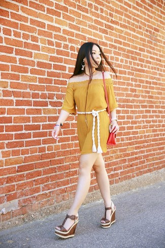 Cómo combinar: vestido con hombros al descubierto mostaza, sandalias con cuña de cuero marrónes, bolso bandolera de cuero rojo