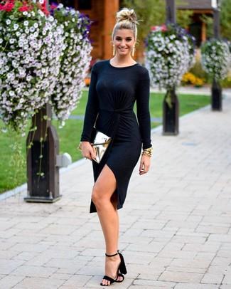Cómo combinar: vestido cruzado negro, sandalias de tacón de ante negras, cartera sobre de cuero dorada