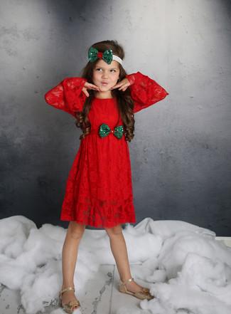 Cómo combinar: vestido de encaje rojo, sandalias doradas, cinta para la cabeza verde