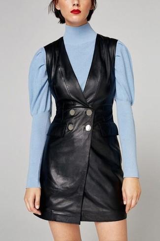 Cómo combinar: vestido de esmoquin de cuero negro, jersey de cuello alto celeste
