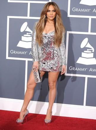Look de Jennifer Lopez: Vestido de Fiesta Plateado, Zapatos de Tacón de Cuero con Adornos Plateados, Cartera Sobre Plateada, Anillo Plateado