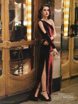 Cómo combinar: vestido de noche de terciopelo burdeos, sandalias de tacón de satén burdeos, cartera sobre dorada, pendientes dorados