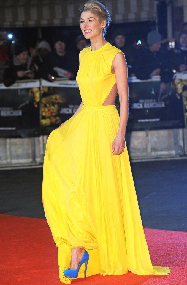 Vestido amarillo con zapatos azul electrico