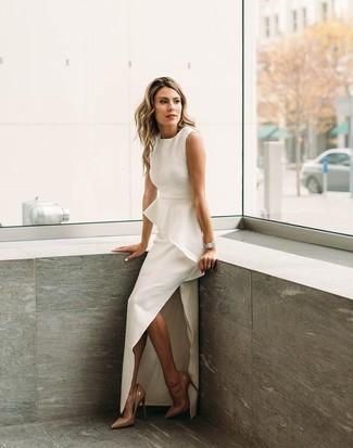 Accede a un refinado y elegante estilo con un vestido de noche con recorte blanco. Zapatos de tacón de cuero marrón claro son una opción inmejorable para complementar tu atuendo.