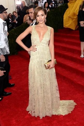 Sin ninguna duda, te verás escandalosamente hermosa en un vestido de noche de encaje amarillo.