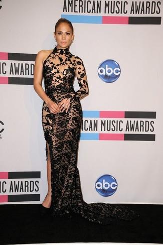 Look de Jennifer Lopez: Vestido de Noche de Encaje Bordado Negro, Zapatos de Tacón de Ante Negros