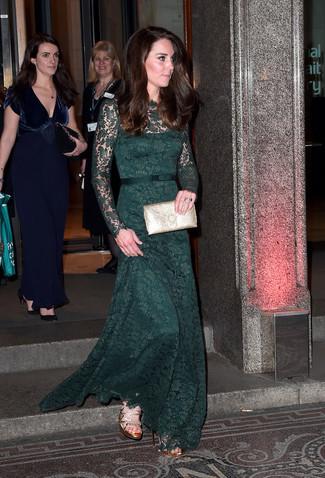 Cómo combinar: vestido de noche de encaje verde oscuro, sandalias de tacón de cuero doradas, cartera sobre de cuero dorada