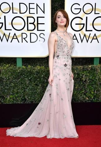 Emparejar un vestido de noche de malla con adornos rosado junto a un collar plateado es una opción inigualable para una apariencia clásica y refinada.