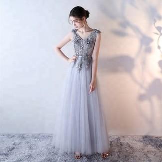 Cómo combinar: vestido de noche de tul bordado gris, sandalias de tacón de cuero plateadas
