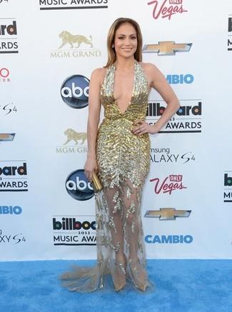 Look de Jennifer Lopez: Vestido de Noche Dorado, Zapatos de Tacón de Cuero Dorados, Cartera Sobre Dorada