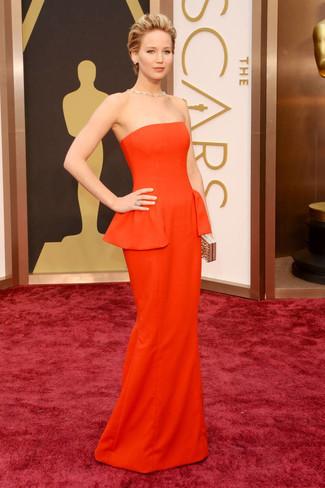 Usa un vestido de noche naranja y te verás impresionante en cualquier lugar y en cualquier momento.