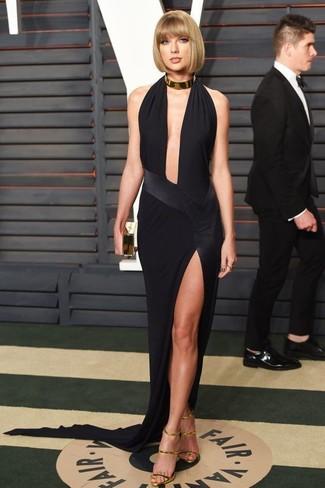 Sin ninguna duda, te verás escandalosamente hermosa en un vestido de noche con recorte negro. Sandalias de tacón de cuero doradas añaden un toque de personalidad al look.