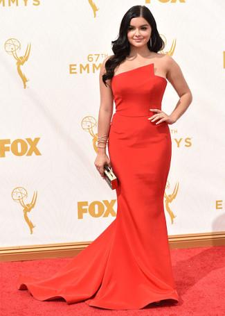 Considera ponerse un vestido de noche rojo para rebosar clase y sofisticación.