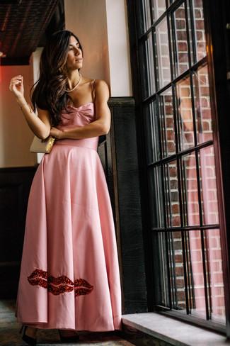Cómo combinar: vestido de noche de satén rosado, zapatos de tacón de ante negros, cartera sobre de cuero dorada, collar de perlas blanco