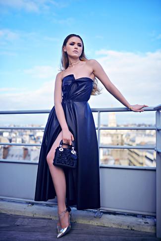 Cómo combinar: vestido de noche de seda con recorte azul marino, zapatos de tacón de cuero plateados, cartera sobre de cuero con adornos azul marino, collar transparente