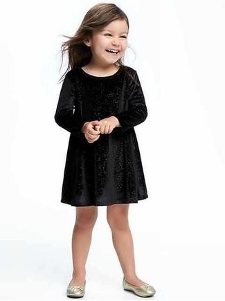 Cómo combinar: vestido de terciopelo negro, bailarinas doradas