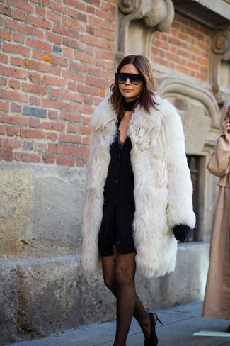 Cómo combinar: zapatos de tacón de ante negros, vestido de tirantes de encaje negro, cárdigan grueso negro, abrigo de piel blanco