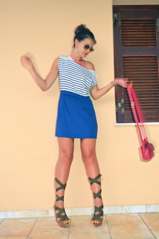 Vestido azul con sandalia rosa combina