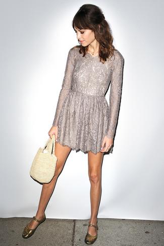 Utiliza un vestido de vuelo de encaje gris para una apariencia clásica y elegante. Bailarinas de cuero doradas contrastarán muy bien con el resto del conjunto.