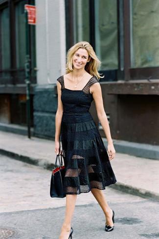 Intenta ponerse un vestido de vuelo de malla a lunares negro para el after office. Zapatos de tacón de cuero negros son una sencilla forma de complementar tu atuendo.