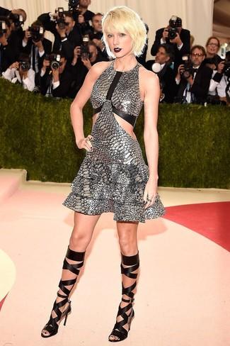 Cómo combinar: vestido de vuelo plateado, sandalias romanas altas de cuero negras