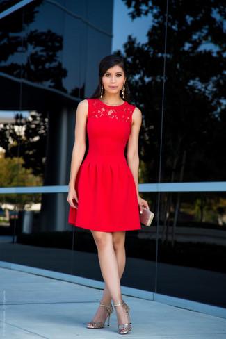 Accede a un refinado y elegante estilo con un vestido de vuelo de encaje rojo. Un par de sandalias de tacón de cuero doradas se integra perfectamente con diversos looks.
