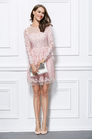 Intenta ponerse un vestido de vuelo de encaje rosado para rebosar clase y sofisticación. Zapatos de tacón de cuero beige son una opción estupenda para completar este atuendo.