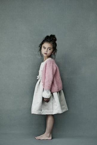 Cómo combinar: vestido en beige, cárdigan de punto rosado
