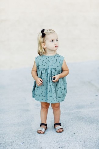 Cómo combinar: vestido estampado celeste, sandalias plateadas