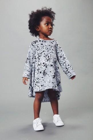 Cómo combinar: vestido estampado gris, zapatillas blancas