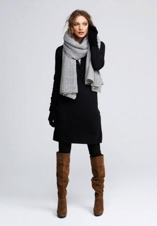 Considera emparejar un vestido jersey negro junto a una bufanda de punto gris para cualquier sorpresa que haya en el día. Botas de caña alta de ante marrónes son una sencilla forma de complementar tu atuendo.