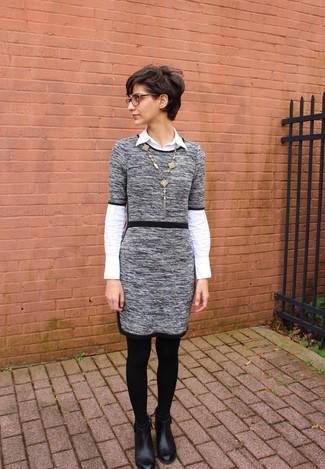 Cómo combinar: vestido jersey gris, camisa de vestir blanca, botines de cuero negros, colgante dorado