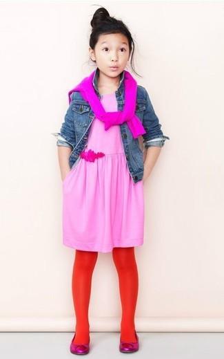 Cómo combinar: bailarinas rosa, vestido rosado, jersey rosa, chaqueta vaquera azul