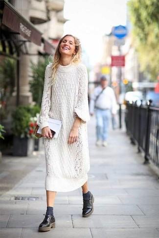 Considera ponerse un vestido jersey de punto blanco para un look diario sin parecer demasiado arreglada. Zapatos derby de cuero negros de Church's añadirán un nuevo toque a un estilo que de lo contrario es clásico.