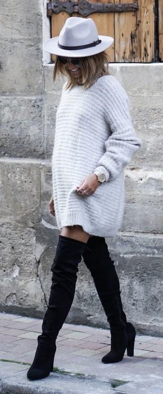 Cómo combinar: vestido jersey gris, botas sobre la rodilla de ante negras, sombrero de lana gris, reloj de cuero blanco