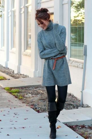 Cómo combinar: vestido jersey gris, leggings negros, botas sobre la rodilla de ante negras, correa de cuero roja