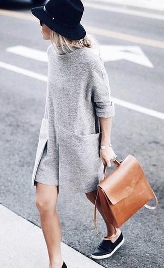 Opta por un vestido jersey gris para un look diario sin parecer demasiado arreglada. Zapatillas slip-on de cuero negras contrastarán muy bien con el resto del conjunto.